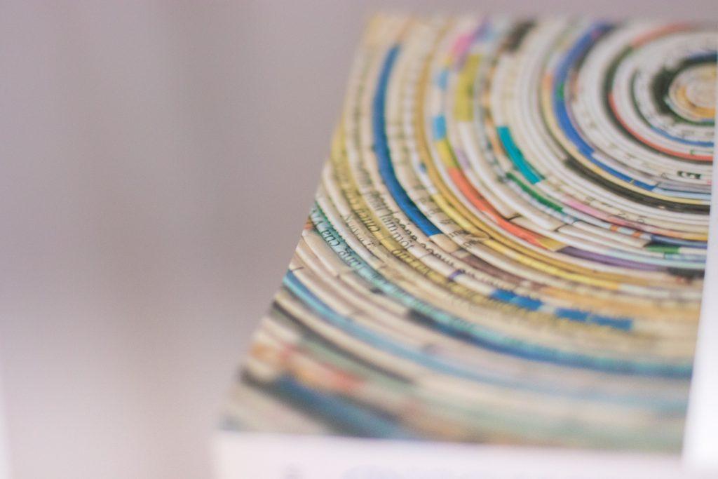 Avvicinati il più possibile: vortici di carta sulla copertina di un libro di poesie di Ezra Pound
